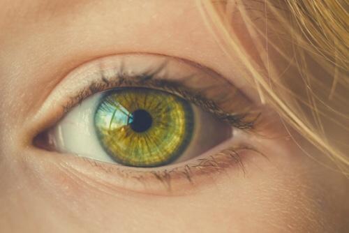 こちらを見ている女性の左目