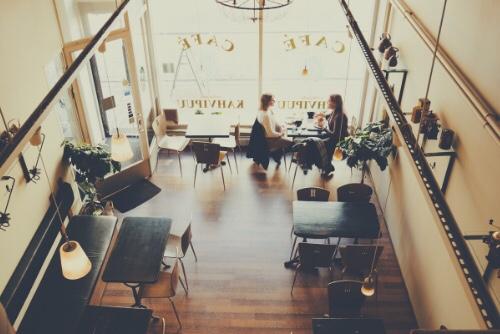 天井が高く開放感のあるカフェ