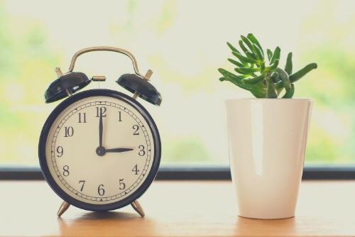 テーブルの上に置かれた時計