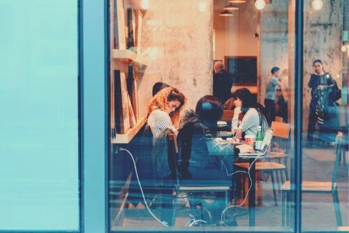 カフェで作業に集中する女性たち