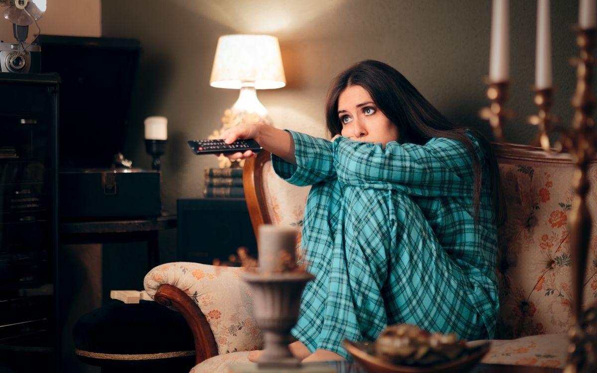 テレビを操作する女性