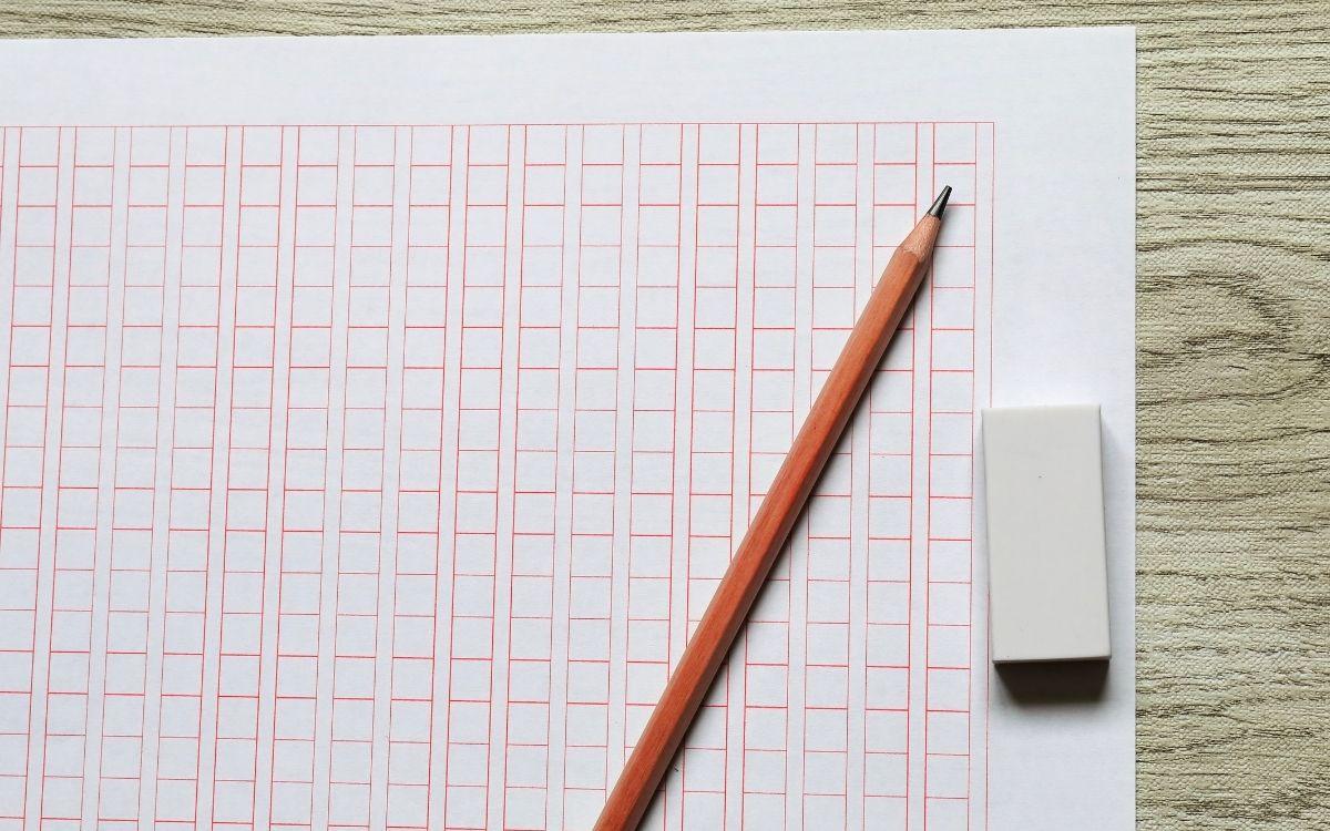 作文用紙と鉛筆と消しゴム