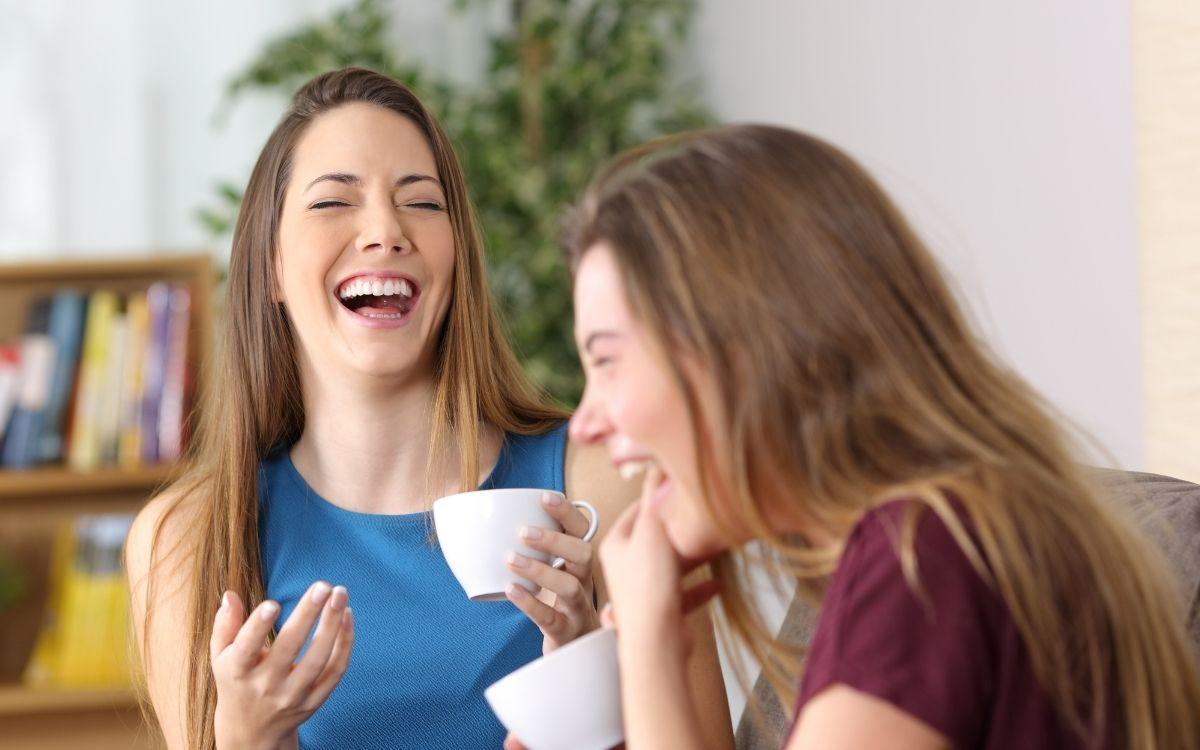 テレビを見て笑う2人の女性