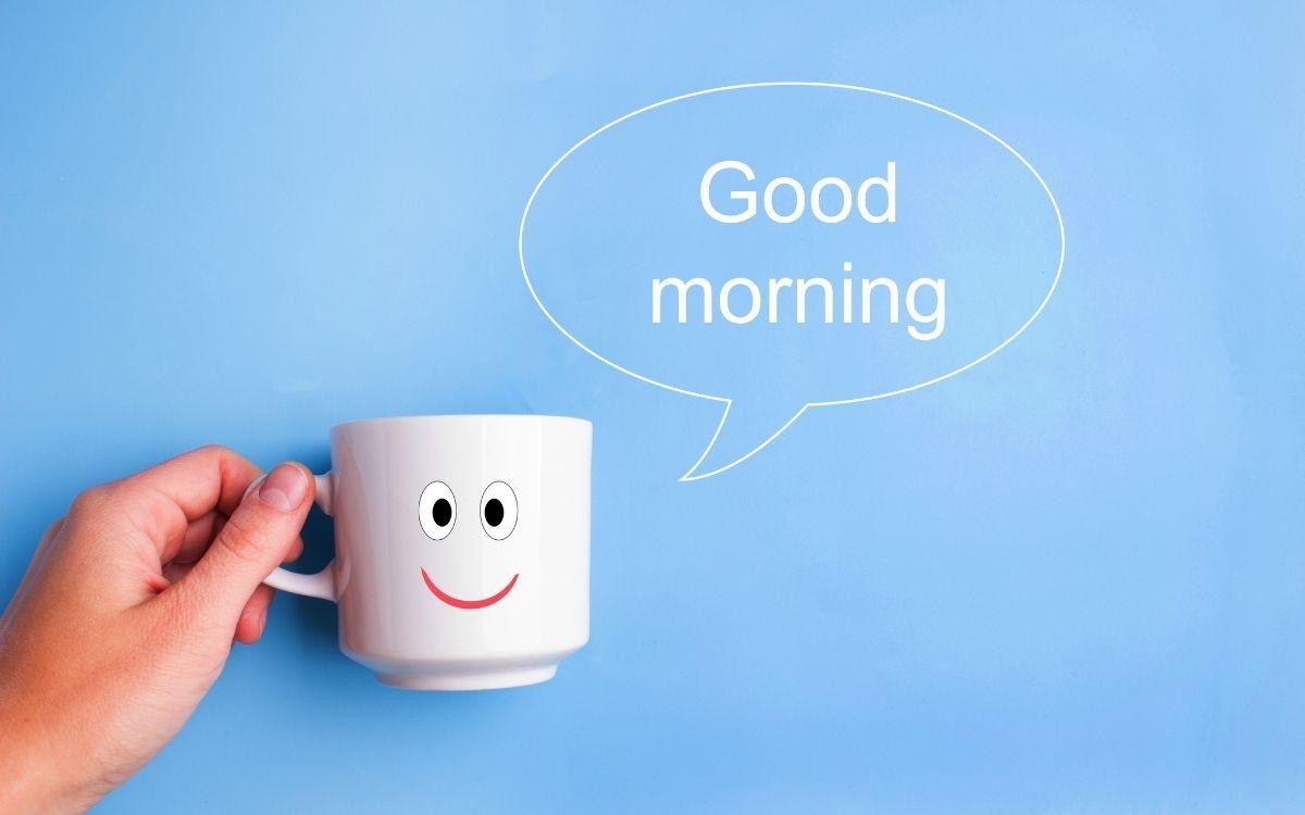 おはようの挨拶をする顔つきのコーヒーカップ