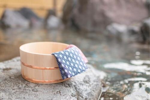 温泉の湯舟に置かれた桶