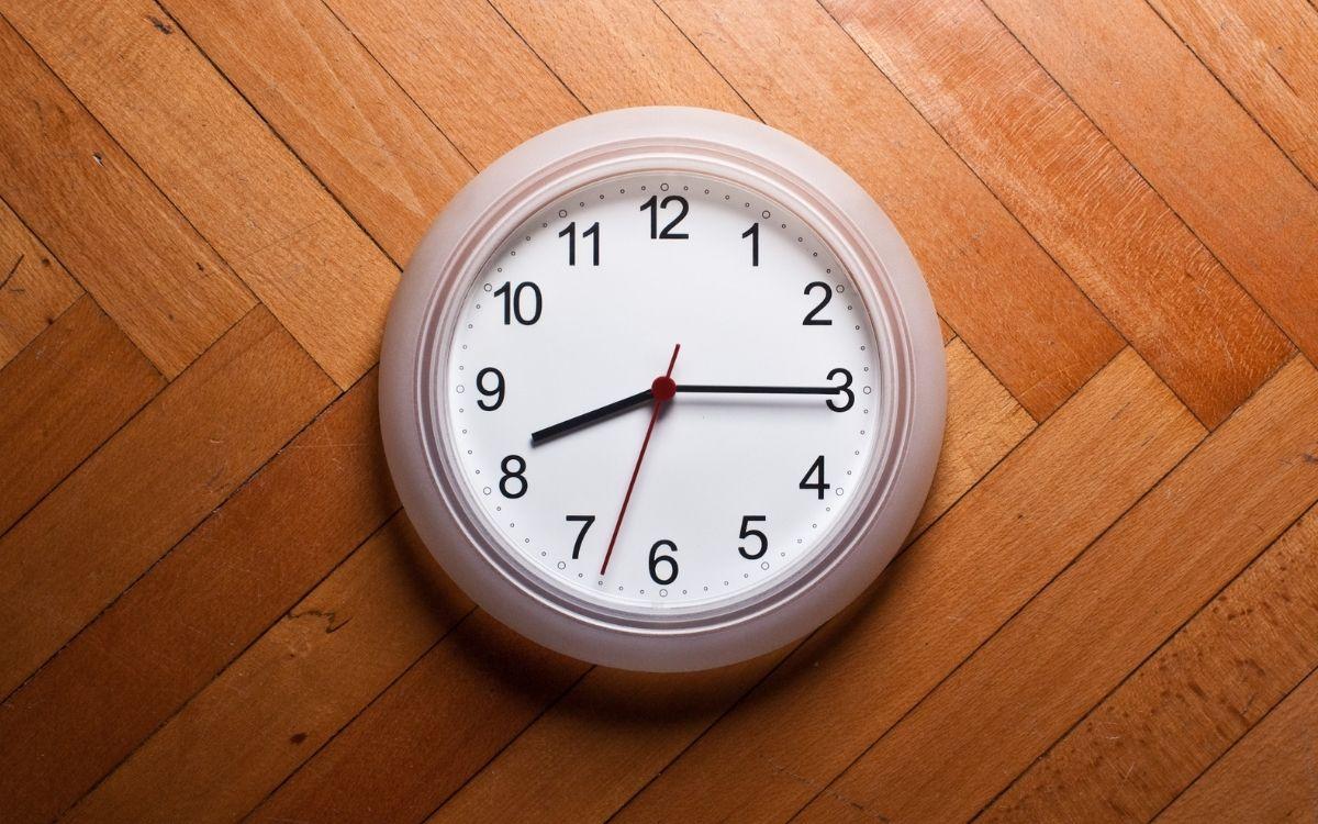壁に取り付けられた時計