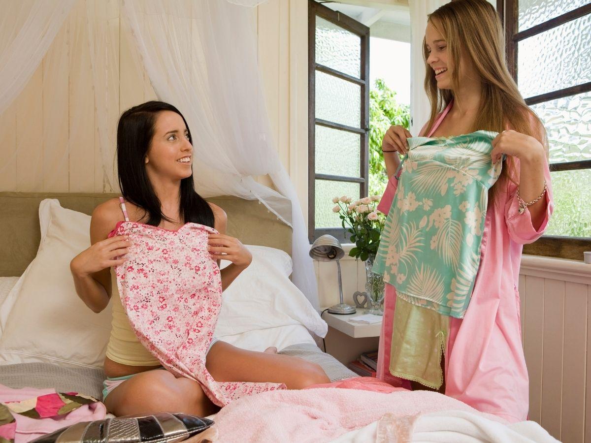 自宅で試着をする女性たち