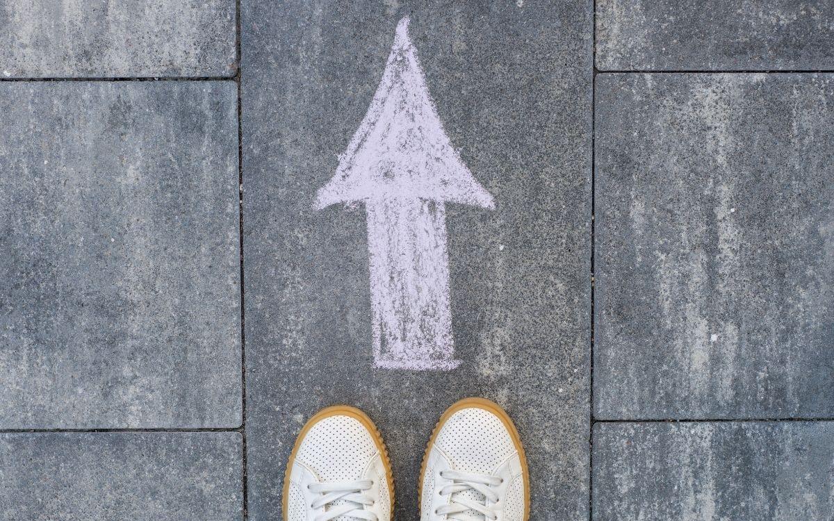 足元の床に描かれた矢印