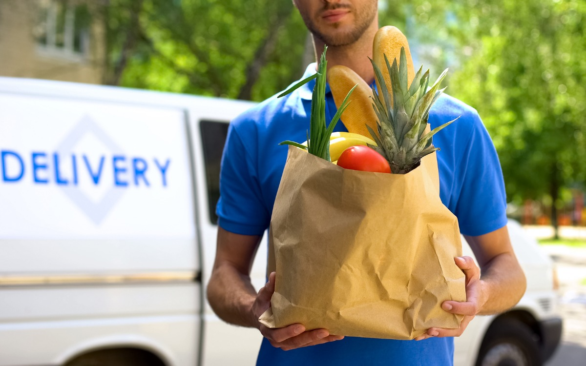 食品を配達している男性