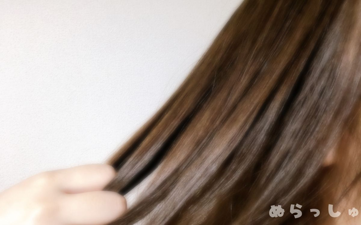エリップスのヘアオイルを髪になじませる様子