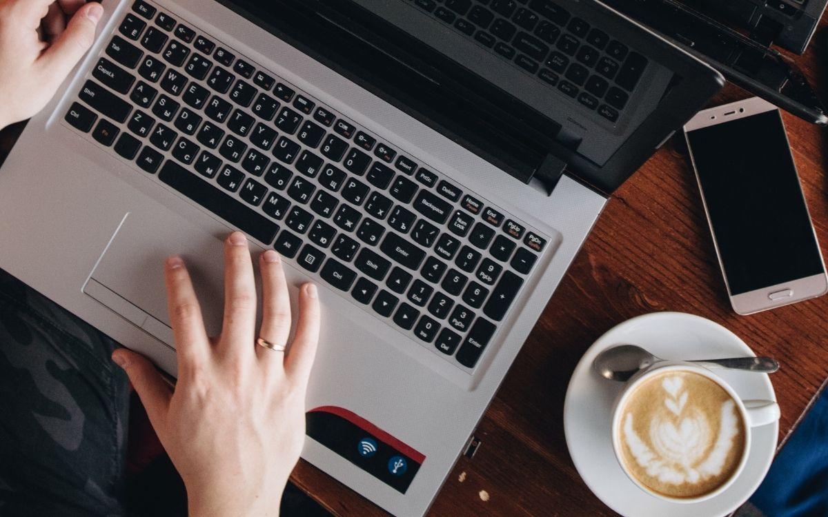カフェでパソコン作業をする女性