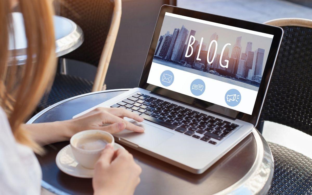 カフェでブログを書く女性