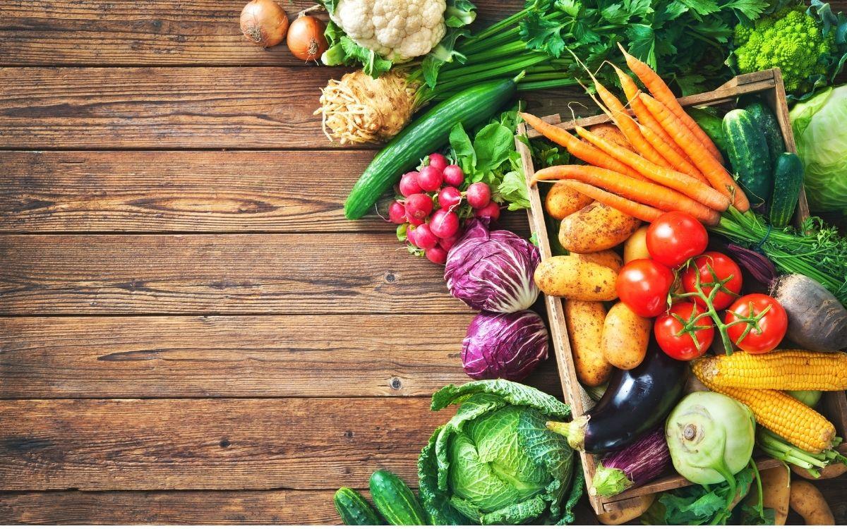 テーブルに並べられた野菜
