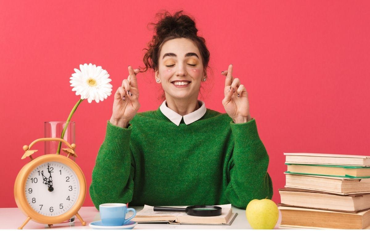 本を読んで笑顔になる女性