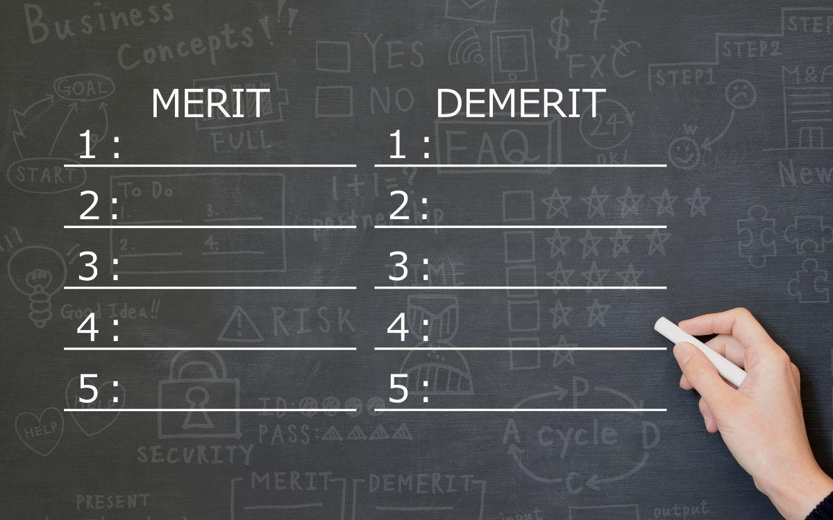 黒板に書かれたメリットとデメリット