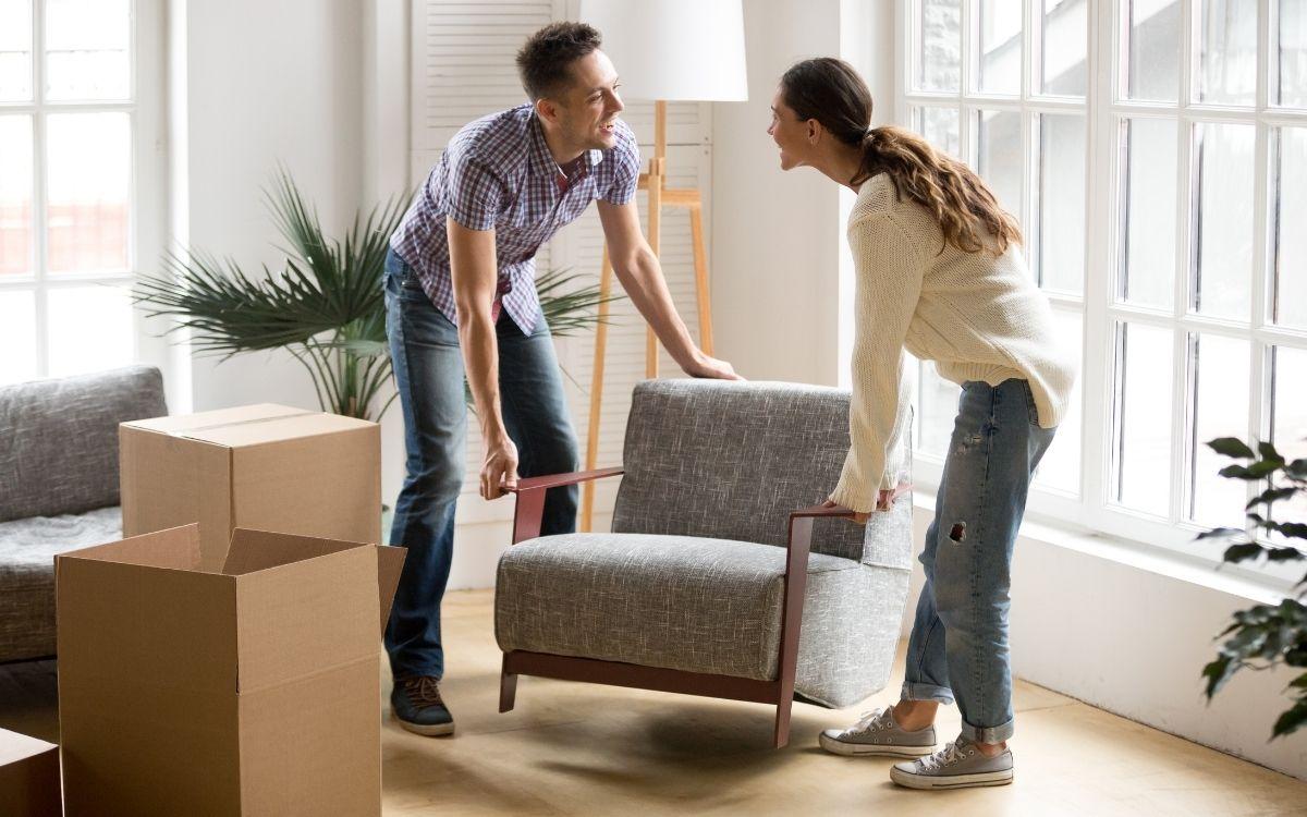 家具の配置を決めるカップル