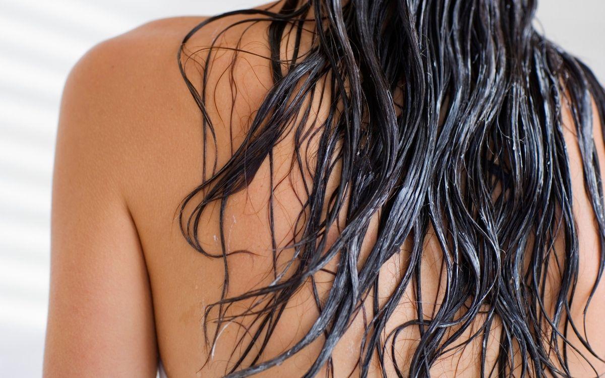 シャンプーを流した後の女性の髪の毛