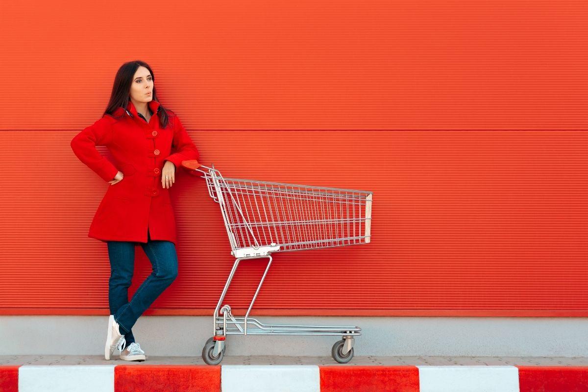 ショッピングカートと女性