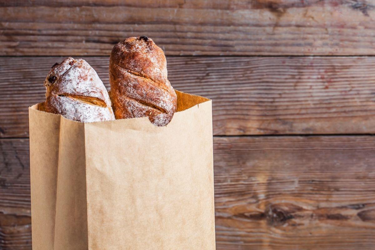パンが入った紙袋