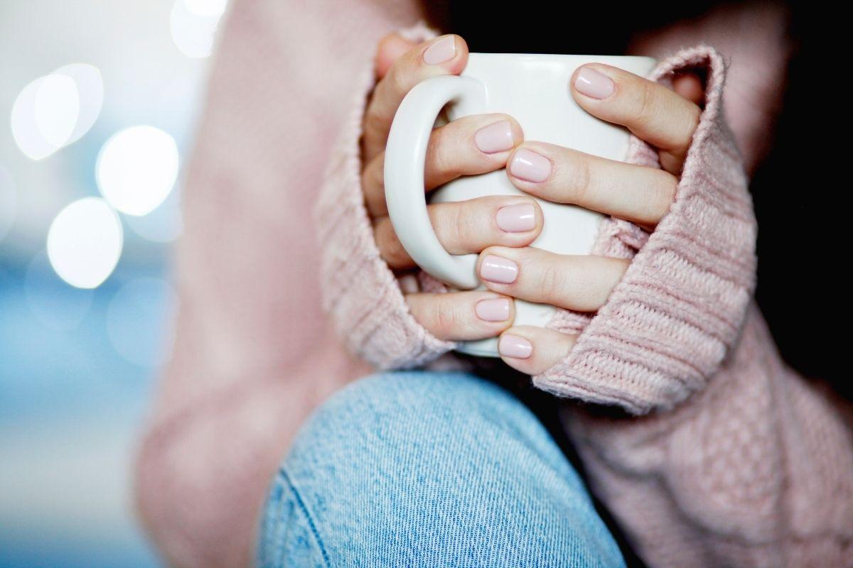 マグカップを持つ女性の手