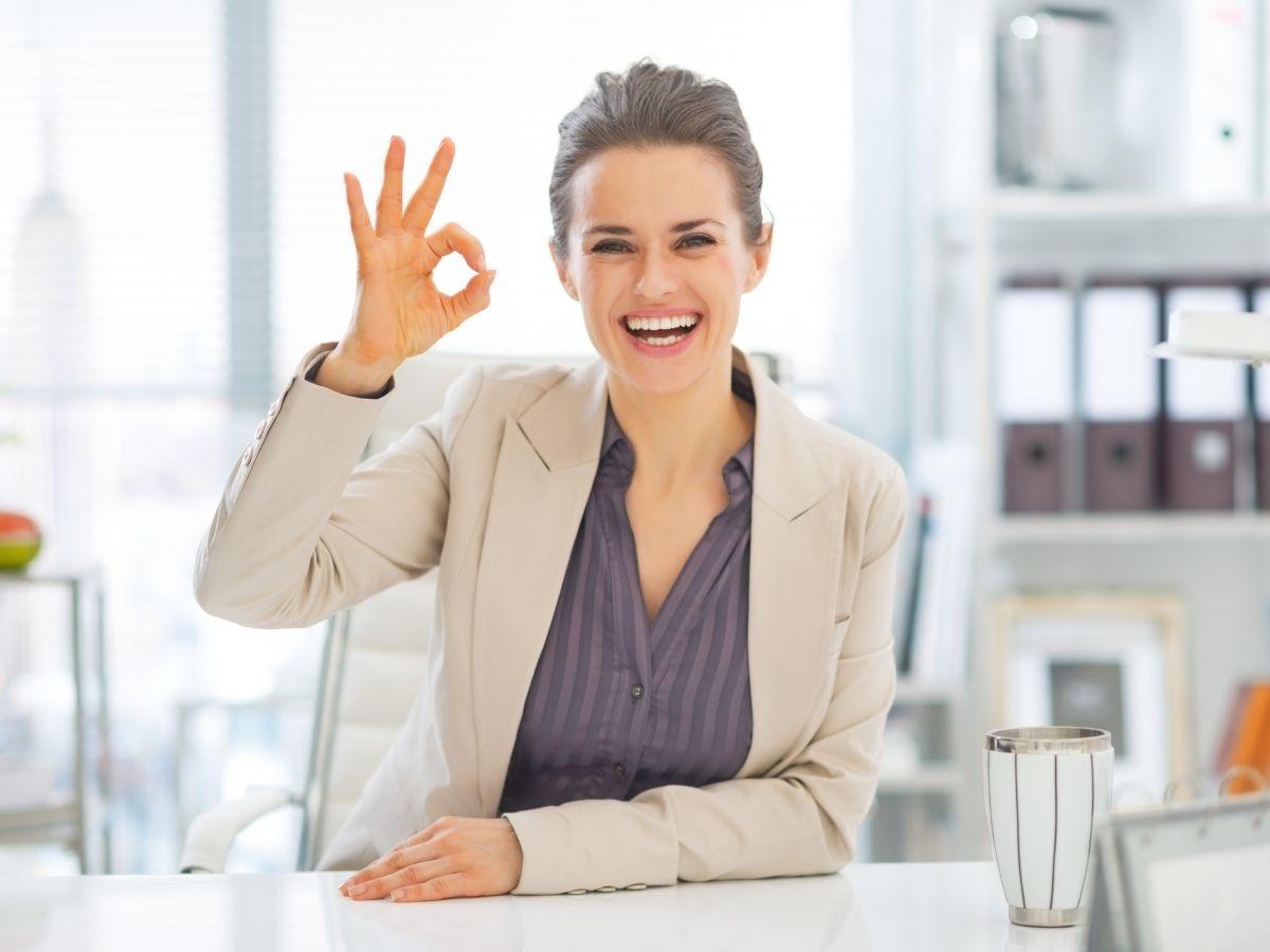 OKポーズをする笑顔の女性