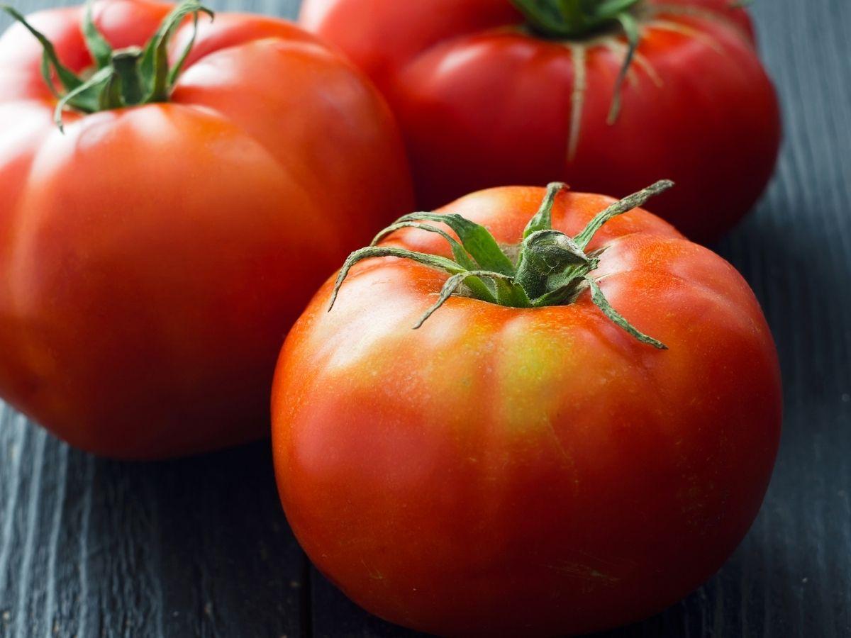 テーブルに置かれたトマト