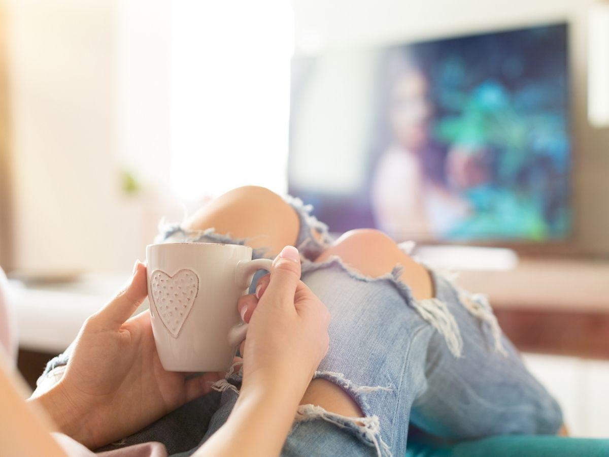テレビを観ている女性