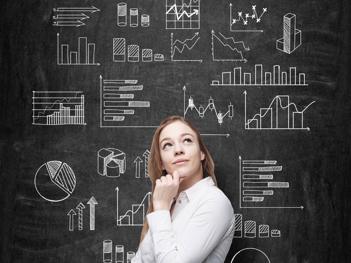 データを比較する女性
