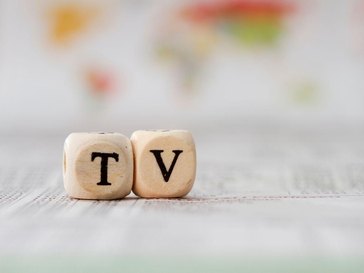 TVと書かれた木製キューブ
