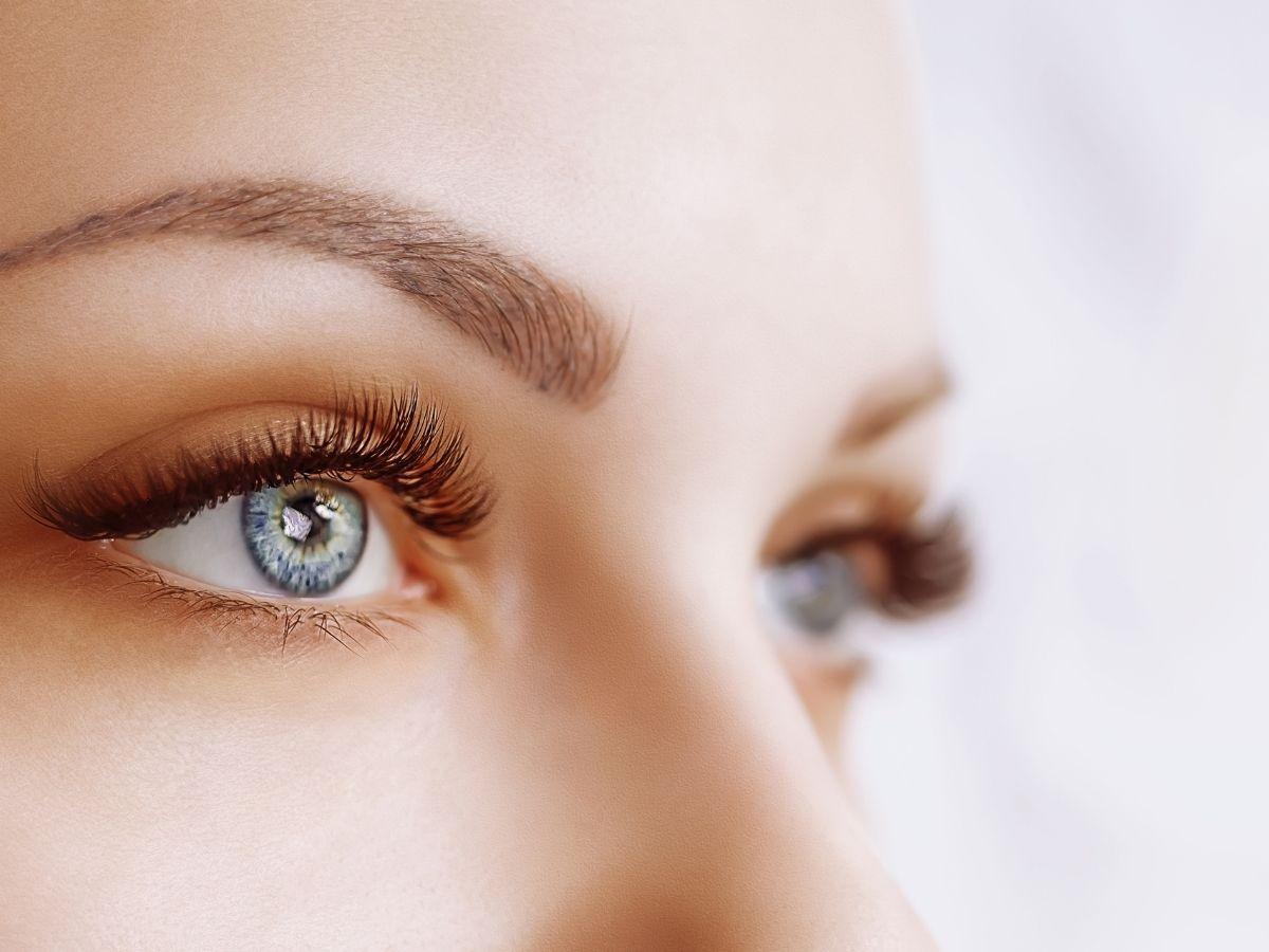 色素の薄い眉毛と目