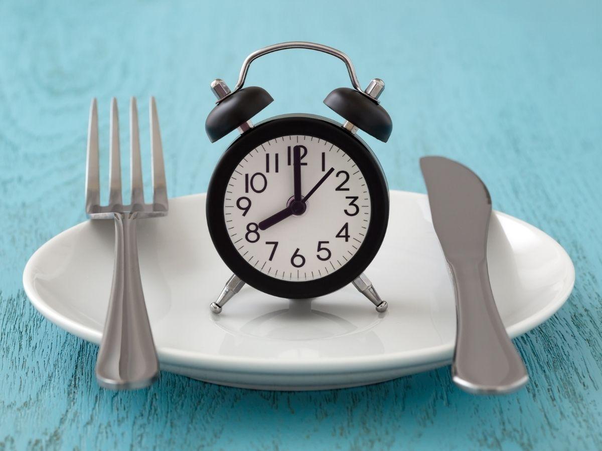 お皿の上に乗った時計とカトラリー