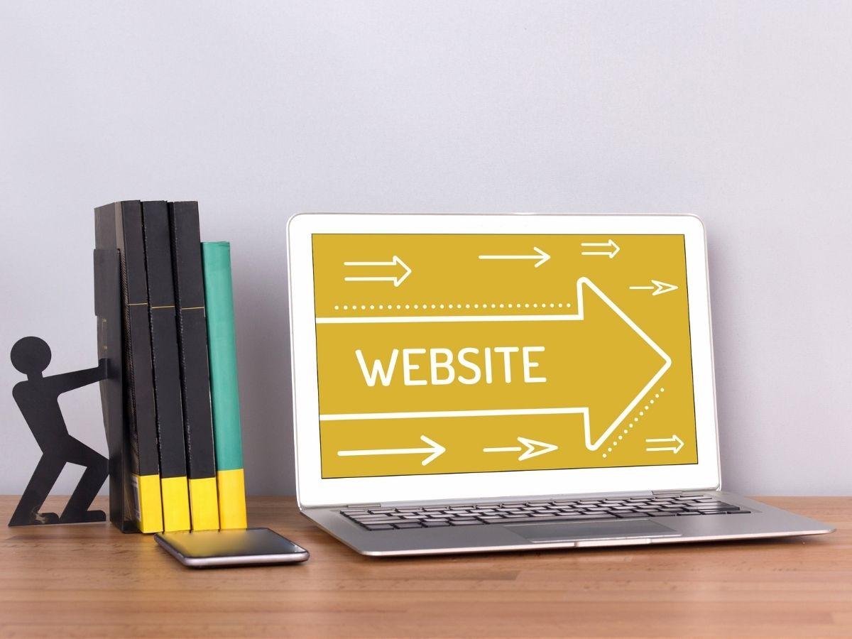 ウェブサイトと表示されたノートパソコン